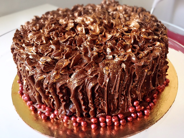 Torta de Chocolate 55% rellena de ganache de vainilla y frutos